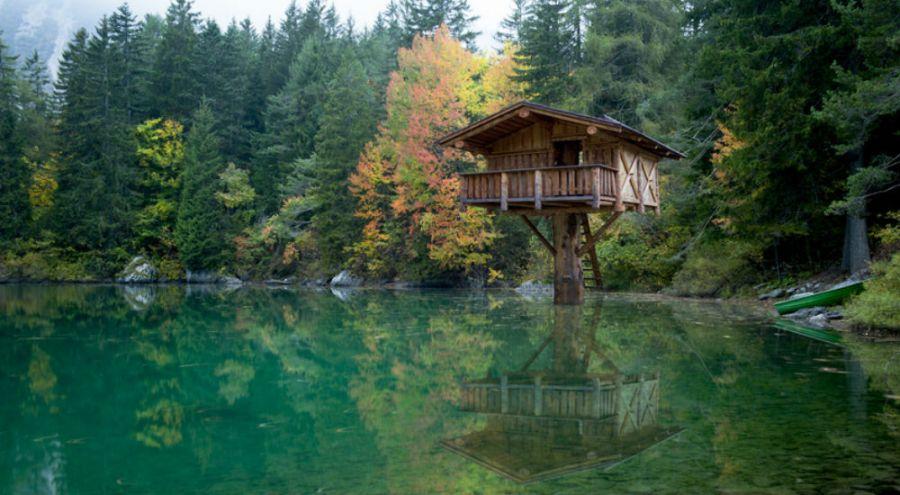 cabane en bois dans la foret au dessus d'un lac