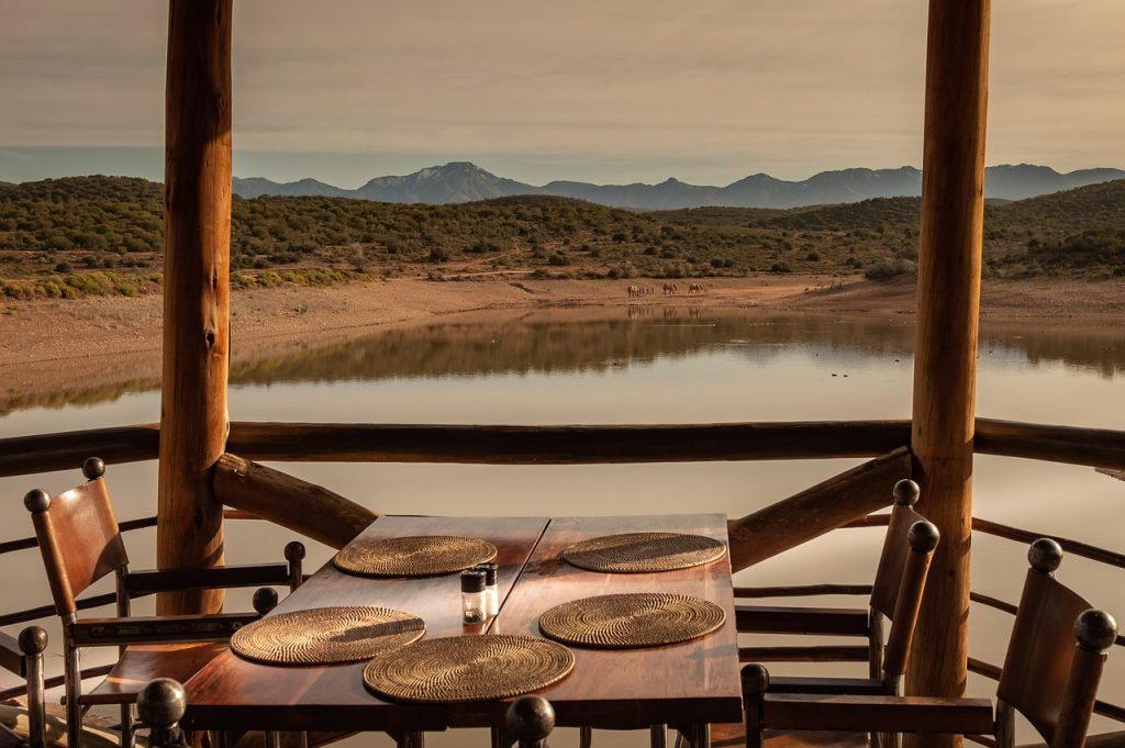 table de restaurant d'un écolodge qui donne vue sur une réserve naturel