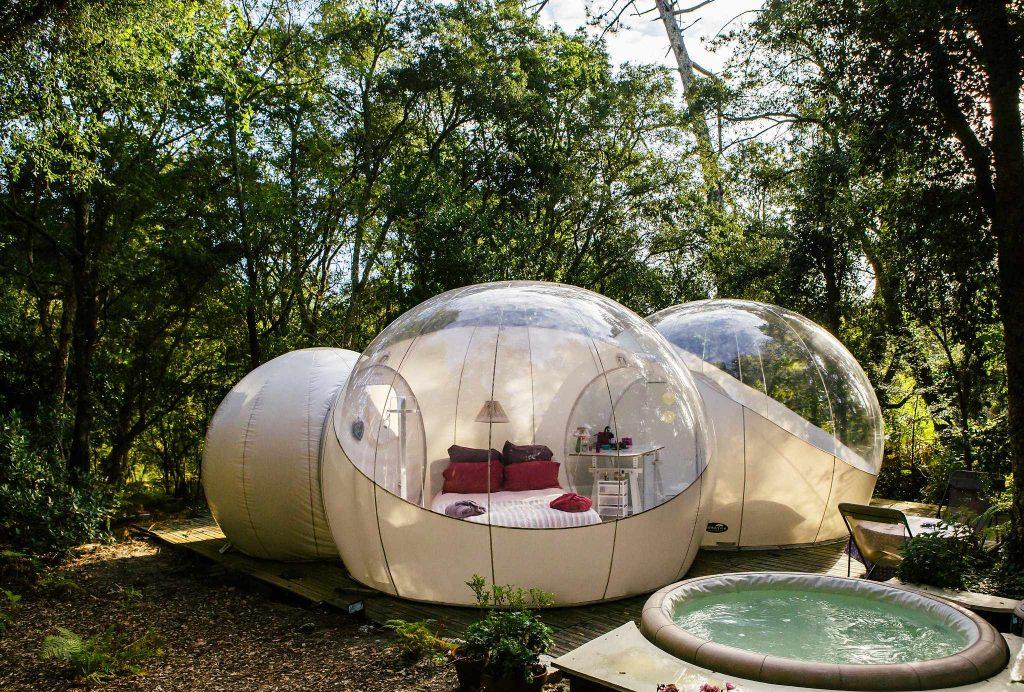 chambre en bulle gonflable de luxe au milieu d'un bois