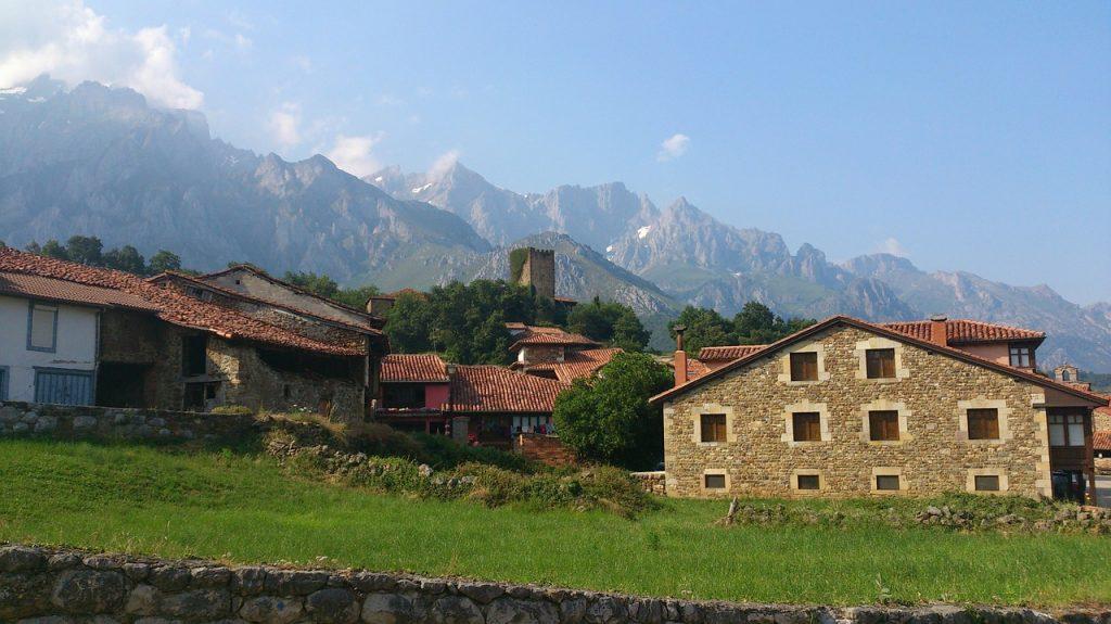 ensemble de maison en pierre dans un paysage montagneux