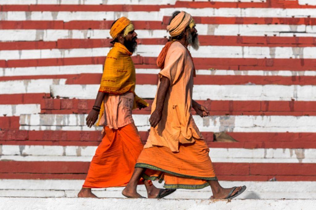 deux dommes marchent en Inde