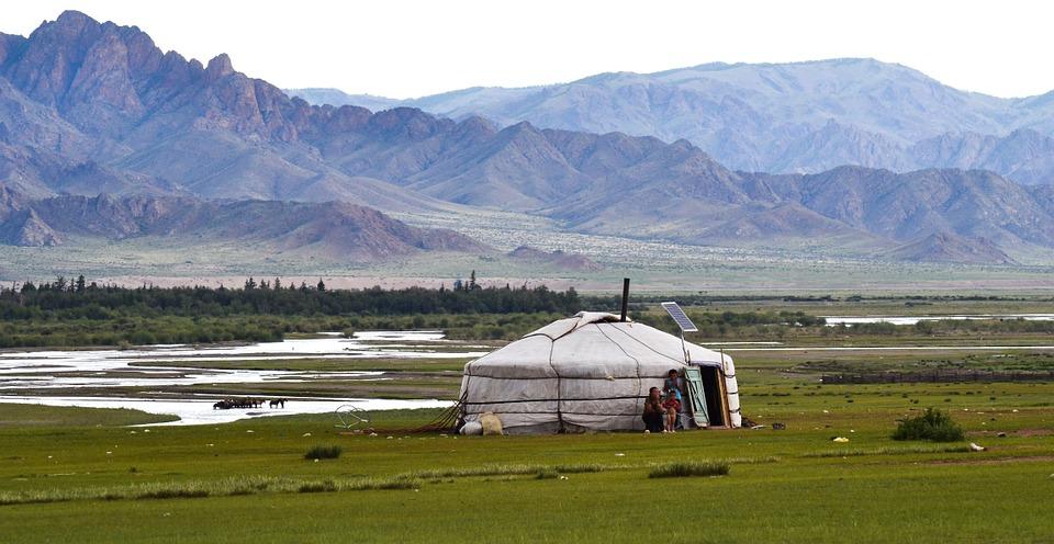 Yourte, habitat des nomades en Mongolie, en pleine nature.